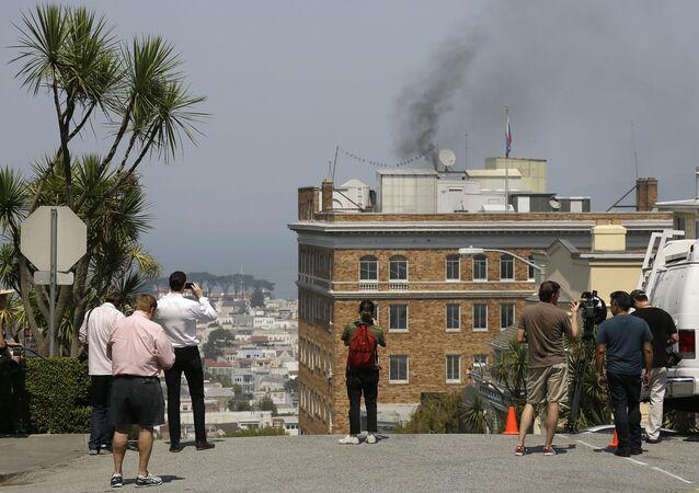 Fumo dal tetto del consolato russo di San Francisco