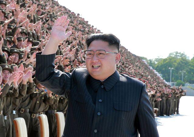Il leader nordcoreano Kim Jong-un con i militari a Pyongyang, Corea del Nord.