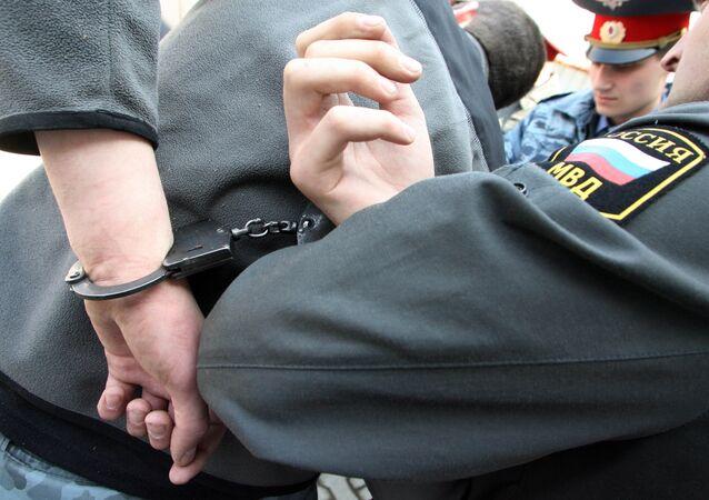 Poliziotti russi arrestano sospettato