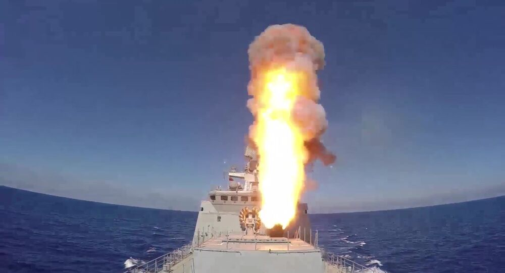 La Fregata russa Admiral Essen lancia missili Kalibr