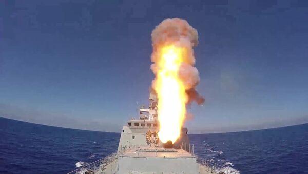 La Fregata russa Admiral Essen lancia missili Kalibr - Sputnik Italia