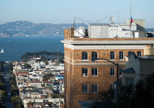 La bandiera russa a mezz'asta sul consolato russo a San Francisco.