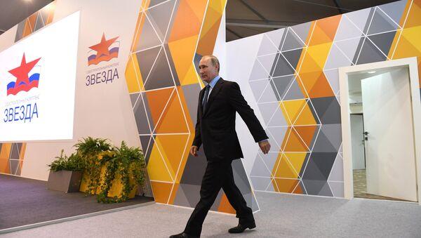 Vladimir Putin durante una visita al cantiere navale nella città di Bolshoy Kamen - Sputnik Italia