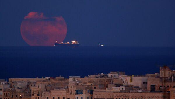 Танкер на фоне полной луны у берегов города Валлетта, Мальта - Sputnik Italia