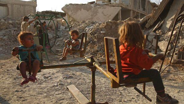 Bambini nella città siriana di Douma - Sputnik Italia