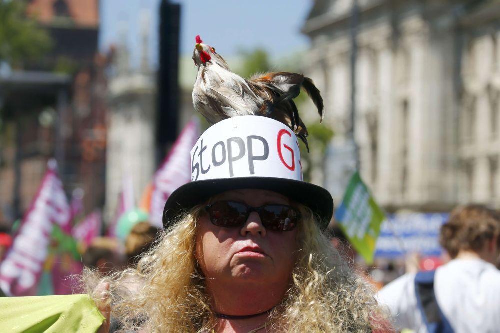Una donna protesta contro Trattato transatlantico sul commercio e gli investimenti durante le proteste contro il prossimo vertice G7 a Monaco