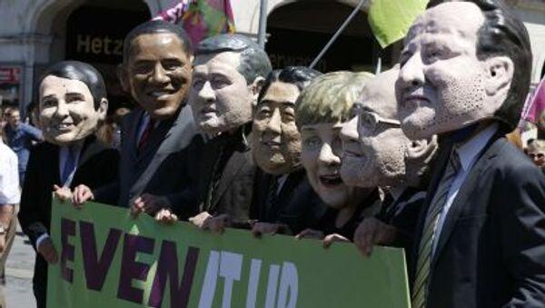 Gli attivisti con maschere che rappresentano le facce dei leader di G7 - Sputnik Italia