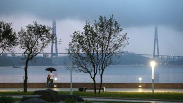 I giovani di sera sul lungomare dell'isola Russkij a Vladivostok sullo sfondo del ponte strallato sullo stretto del Bosforo orientale - Sputnik Italia