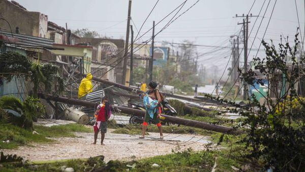 Residents walk near downed power lines felled by Hurricane Irma, in Caibarien, Cuba, Saturday, Sept. 9, 2017 - Sputnik Italia