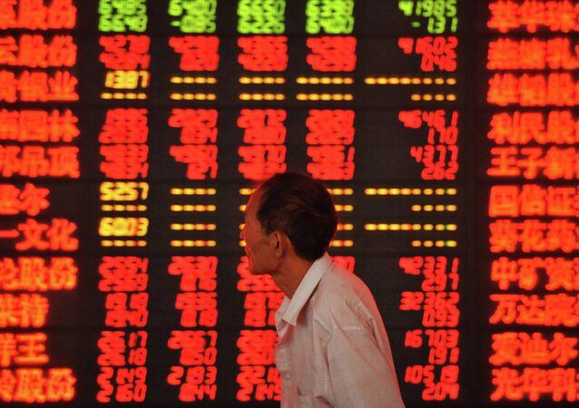 Un investitore alla borsa di Shangai