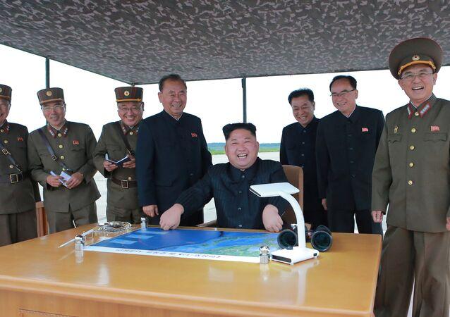 Leader nordcoreano Kim Jong-un con lo Stato Maggiore (foto d'archivio)