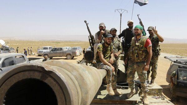 Syrian army fighters stand guard in the Qara area, in Syria's Qalamoun region (File) - Sputnik Italia