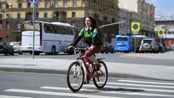 Una ragazza in bicicletta nel nuovo anello dei Giardini a Mosca - Sputnik Italia