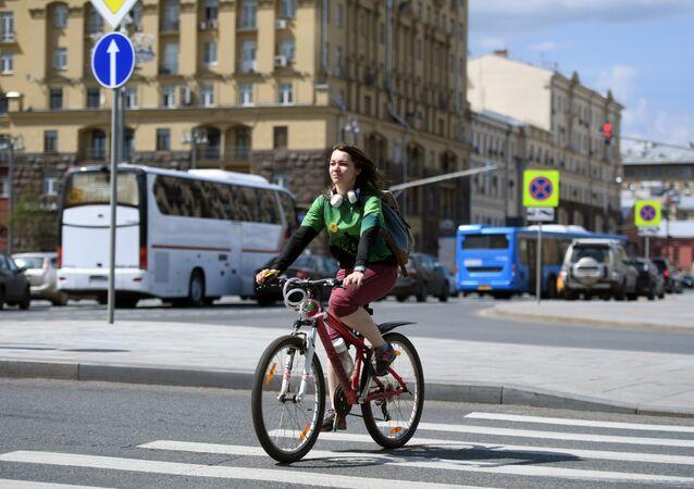 Una ragazza in bicicletta nel nuovo anello dei Giardini a Mosca