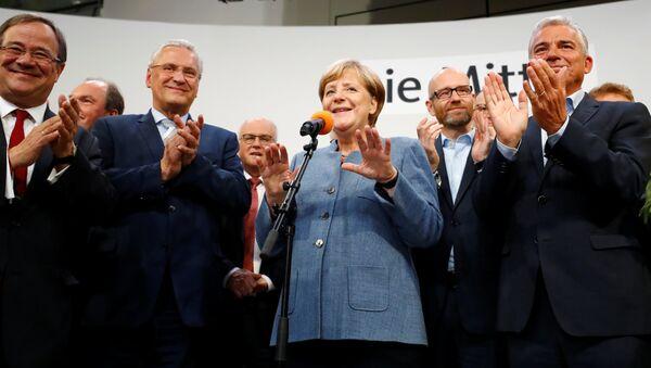 Il leader del partito CDU e la cancelliera Angela Merkel dopo la vittoria alle elezioni tedesche. - Sputnik Italia
