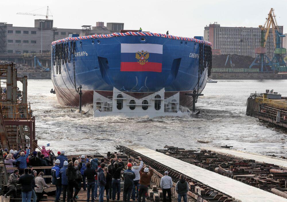 La cerimonia del varo dello scafo della rompighiaccio universale atomica LK-60YA Sibir' nei cantieri navali Baltici di San Pietroburgo.