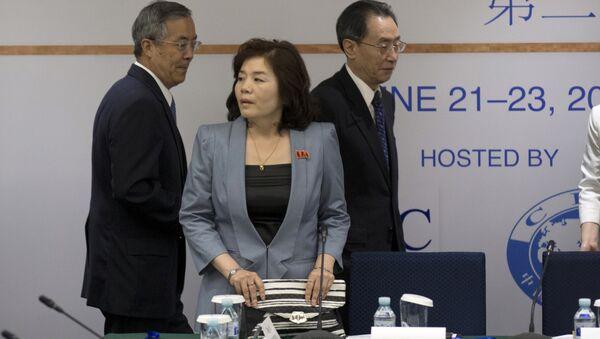 Choe Son Hui (in centro) - Sputnik Italia