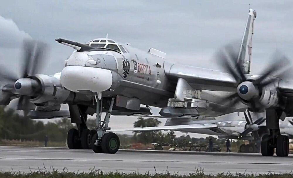 Il bombardiere strategico russo Tu-95MS decolla dall'aerodromo Engels per colpire con i missili da crociera X-101 le infrastrutture dei terroristi in Siria.