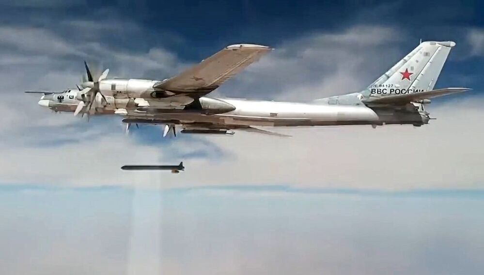 Il bombardiere strategico russo Tu-95MS colpisce con i missili da crociera X-101 le infrastrutture dei terroristi in Siria.