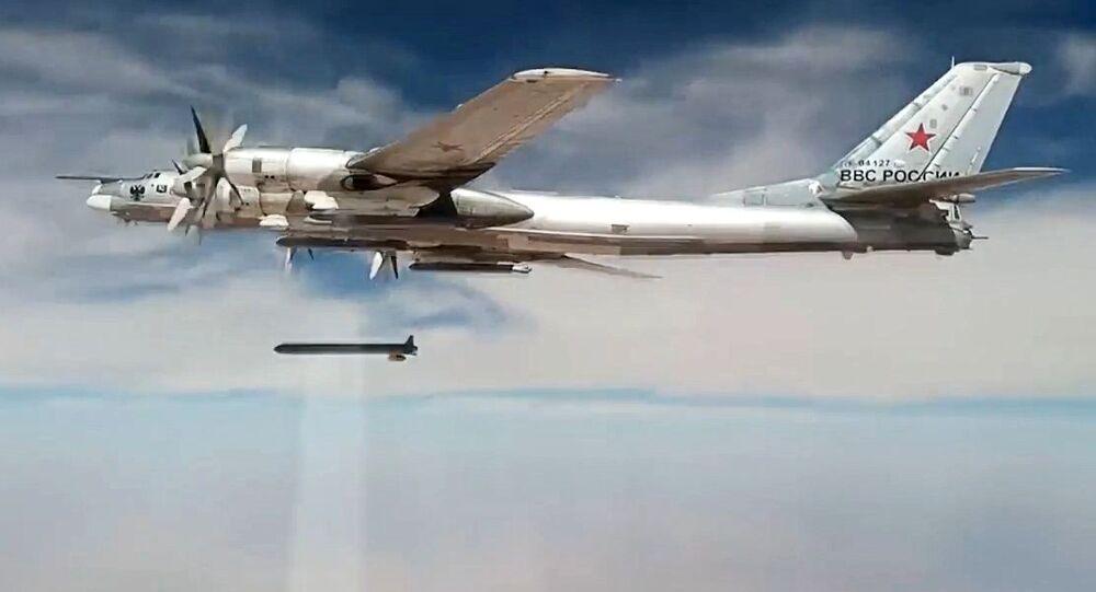 Bombardiere Tu-95 con il razzo X-101