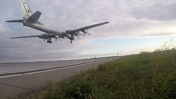 Стратегический бомбардировщик-ракетоносец Ту-95МС взлетает с аэродрома Энгельс для нанесения ударов крылатыми ракетами Х-101 по объектам террористов в Сирии - Sputnik Italia