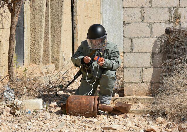 Sminatore russo al lavoro in Siria.