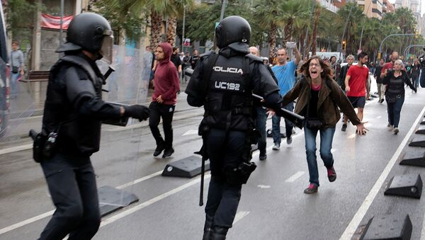 A woman yells at riot police near a a polling station for the banned independence referendum in Barcelona, Spain, October 1, 2017 - Sputnik Italia