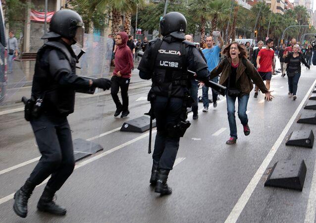 Poliziotti nelle strade a Barcellona