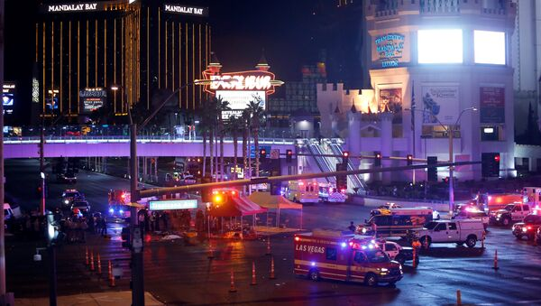 Las Vegas Metro Police and medical workers stage in the intersection of Tropicana Avenue and Las Vegas Boulevard South after a mass shooting at a music festival on the Las Vegas Strip in Las Vegas, Nevada, U.S. October 1, 2017 - Sputnik Italia