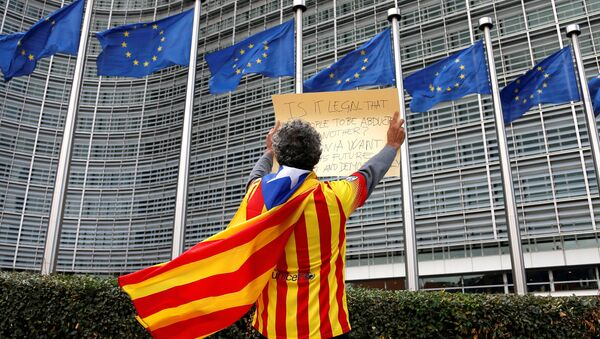 Catalan Raimon Castellvi wears a flag with an Estelada (Catalan separatist flag) as he protests outside the European Commission in Brussels after Sunday's independence referendum in Catalonia, Belgium, October 2, 2017. - Sputnik Italia