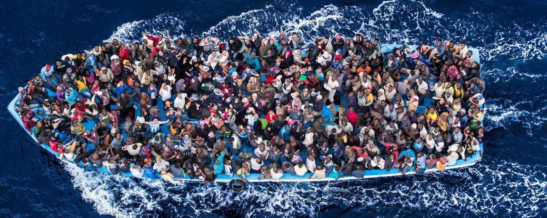 Una barca di migranti - Sputnik Italia, 1920, 13.08.2021