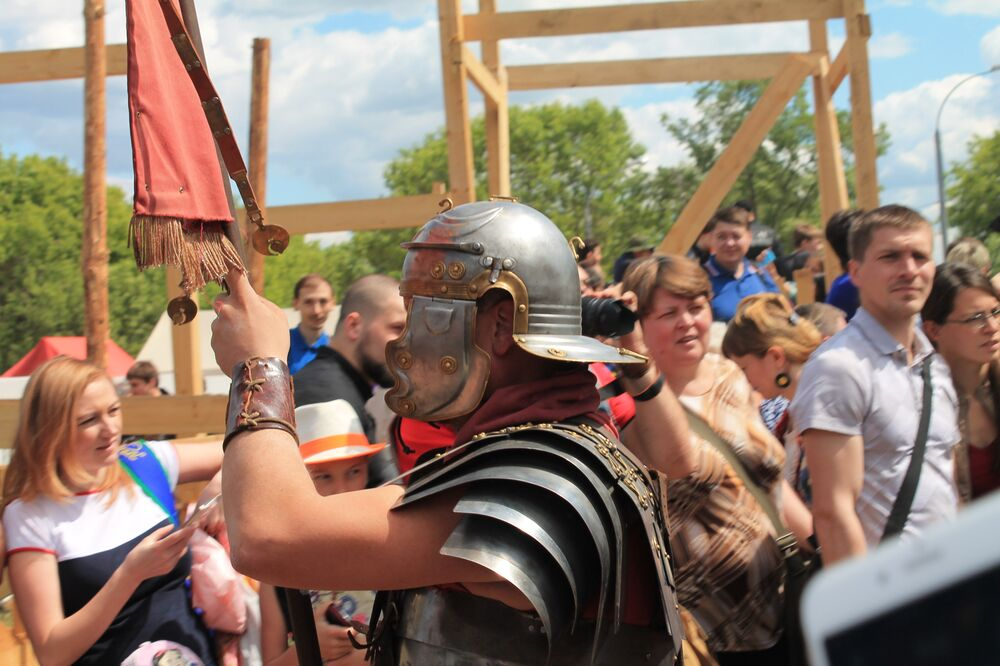 Зрители провожают воинов на бой