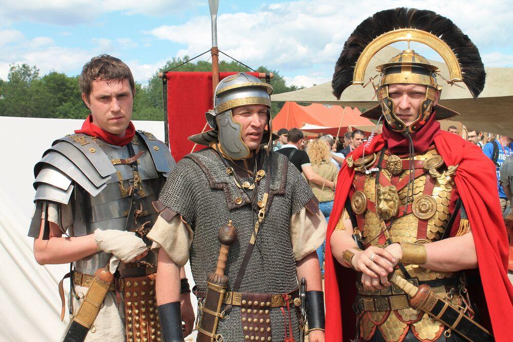 Участники реконструкции гладиаторских боев