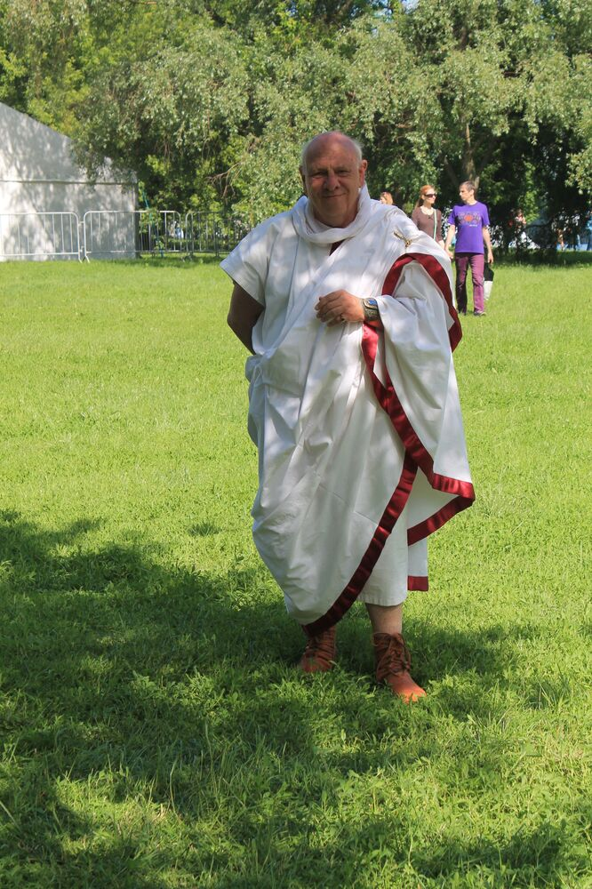 Участник фестиваля в костюме древнеримского сенатора