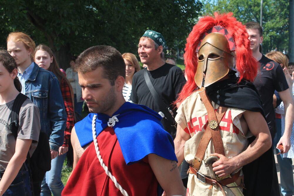 Зрители провожают воинов на сражение