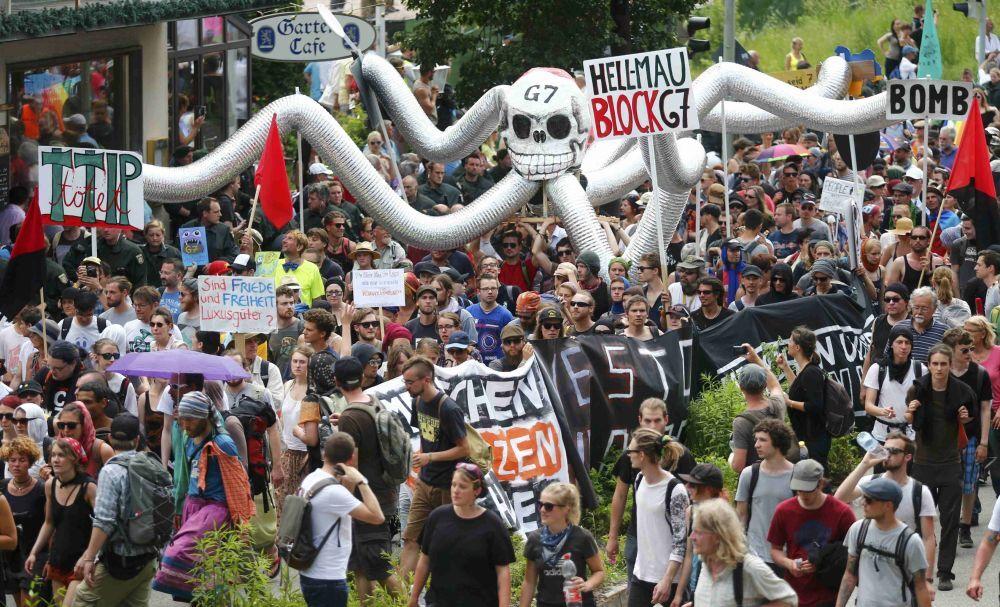 Il corteo di protesta anti G7 per le strade di Garmisch.