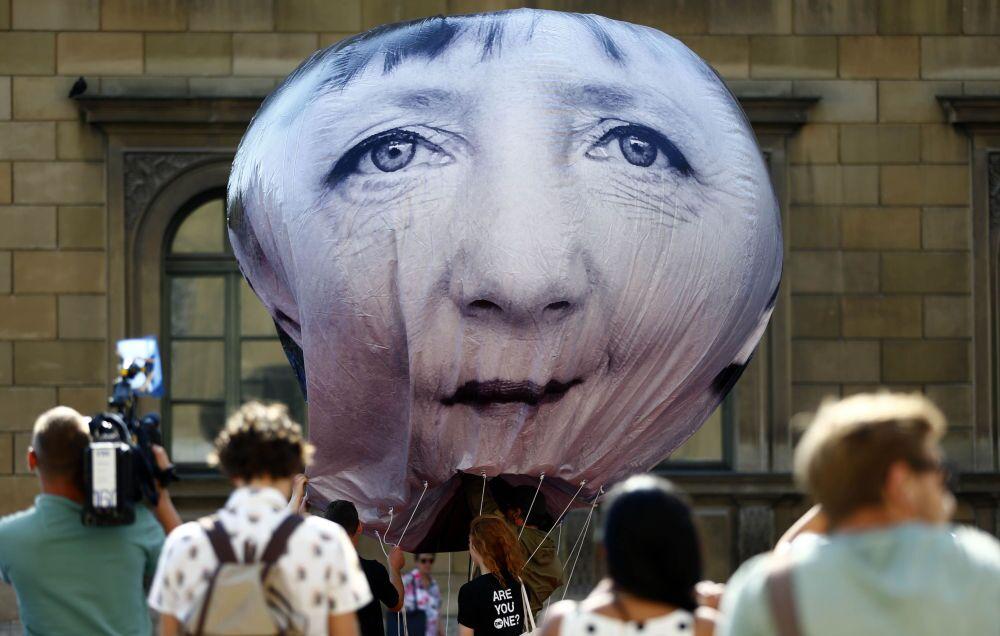 Un palloncino con la faccia di Angela Merkel al G7.