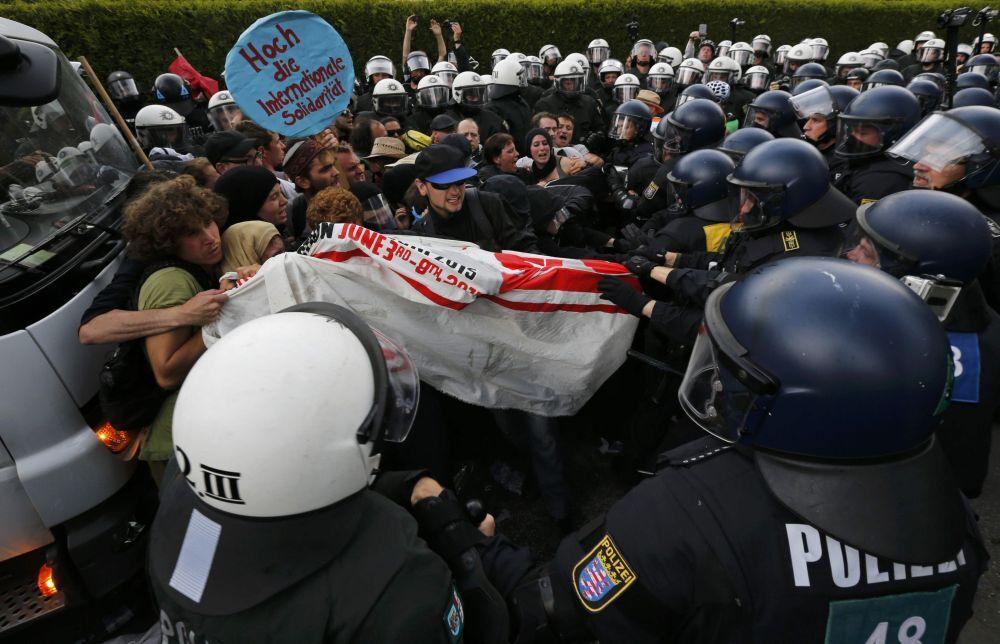 Momenti di tensione alla manifestazione anti G7 a Garmisch Partenkirchen.