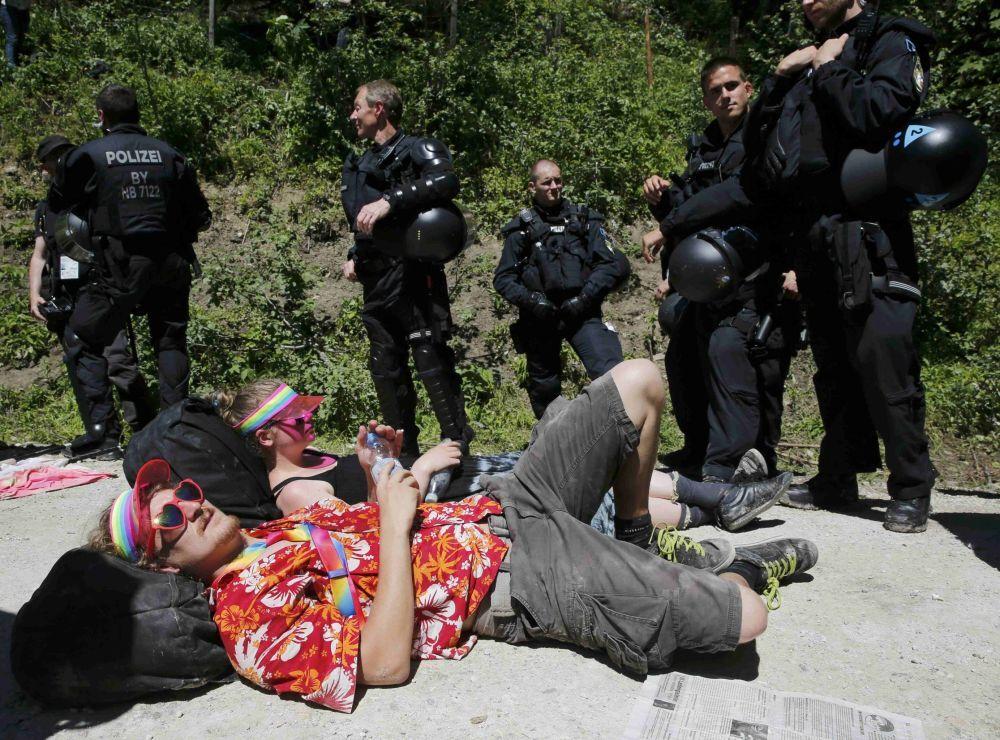 Manifestanti protestano contro il summit del G7 ad Elmau.