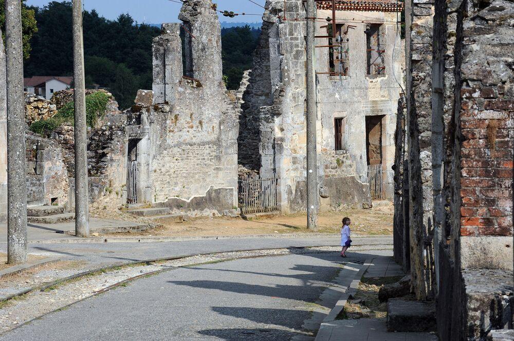 Francia, il comune Oradour-sur-Glane. Il villaggio originale venne distrutto il 10 giugno 1944, e nei suoi pressi venne costruito il borgo odierno.