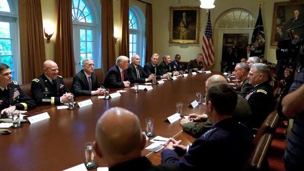 Donald Trump durante un incontro con i capi militari degli Stati Uniti alla Casa Bianca - Sputnik Italia
