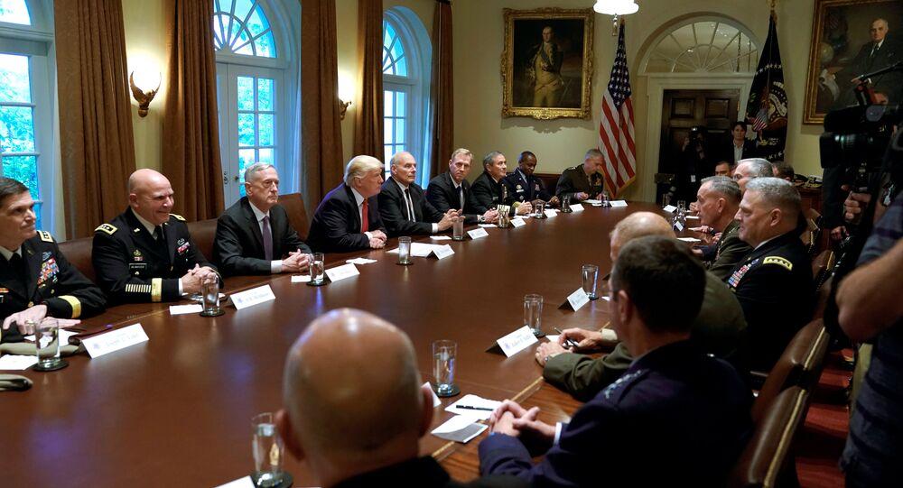 Donald Trump durante un incontro con i capi militari degli Stati Uniti alla Casa Bianca