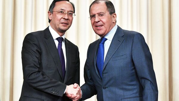 Il ministro degli Esteri russo Sergey Lavrov con la sua controparte kazaka Kairat Abdrakhmanov - Sputnik Italia