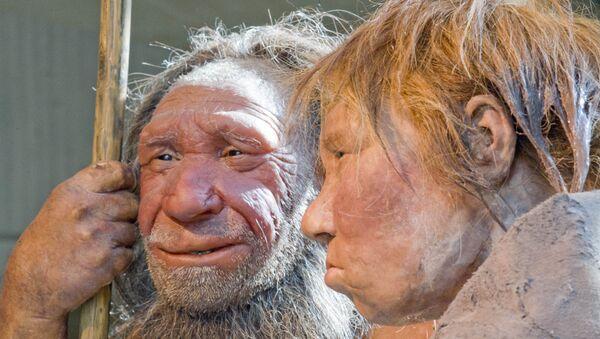 Una ricostruzione di uomini di Neanderthal - Sputnik Italia