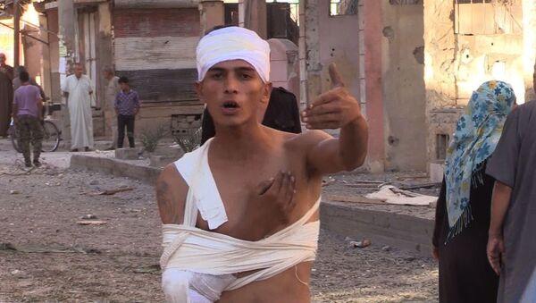 Un abitante del quartiere Al Qusur a Deir-ez-Zor dopo i bombardamenti. - Sputnik Italia