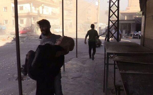 L'evacuazione dei feriti nel quartiere Al Qusur a Deir-ez-Zor che ha subito i bombardamenti. - Sputnik Italia