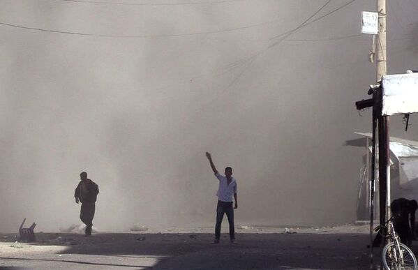 Gli abitanti del quartiere Al Qusur a Deir-ez-Zor dopo i bombardamenti. - Sputnik Italia