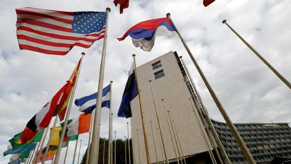 Bandiere al di fuori della sede di UNESCO - Sputnik Italia