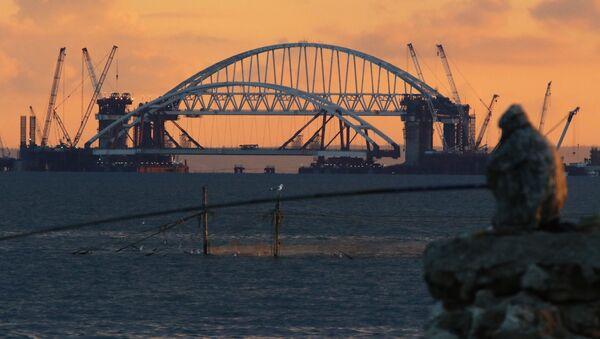 Установка автодорожной арки Крымского моста - Sputnik Italia