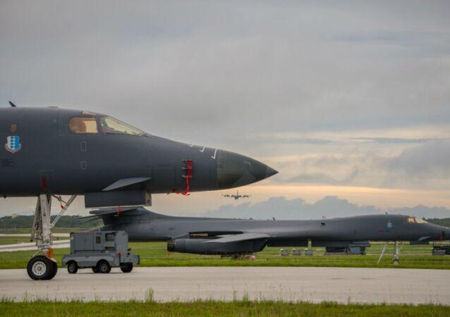 Bombardiere USA B-1B si prepara al decollo